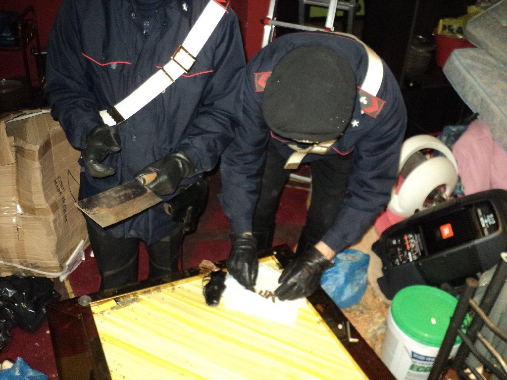 Photo of I Carabinieri chiudono il prive' dei cinesi. 5 arresti. Tra divanetti hard e belle ragazze, rinvenuti e sequestrati una pistola e della droga