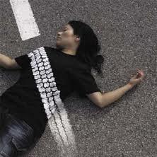 Photo of Due giovani passano con la loro auto sul corpo di un uomo ferito in strada