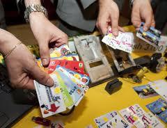 Photo of Due romeni fermati  con 13 carte di credito false