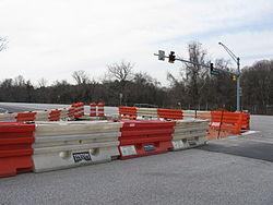 Photo of Bisonte della strada usato per fare scudo ad un macchina incidentata con una piccola rimasta incastrata