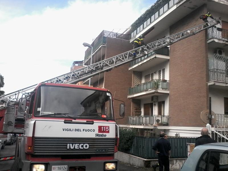 Photo of Falso allarme a Talenti: Vigili del Fuoco entrano dal balcone di un'anziana, ma dormiva solo alla grande