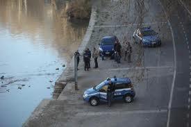 Photo of Catena umana di poliziotti salva un aspirante suicida, ormai stremato, nel Tevere