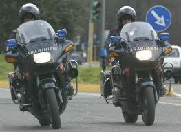 Photo of Zingaro romeno, fugge con l'autovettura all'alt dei Carabinieri ed investe un motociclista. A bordo dell'auto, trovati ben 9 chili di oggetti d'oro
