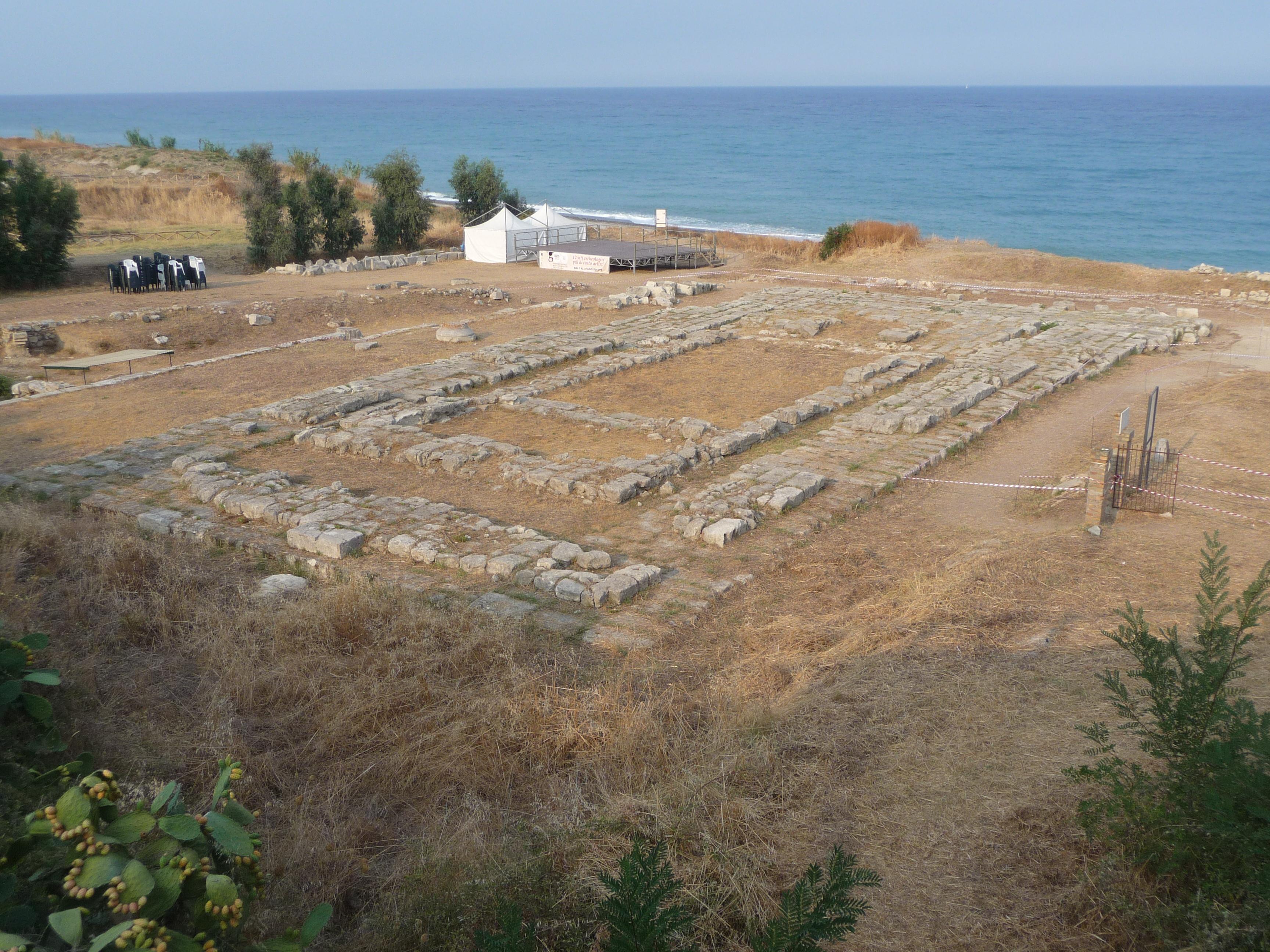 Photo of In Calabria, per le violenti mareggiate, crolla il muro del tempio Kaulon