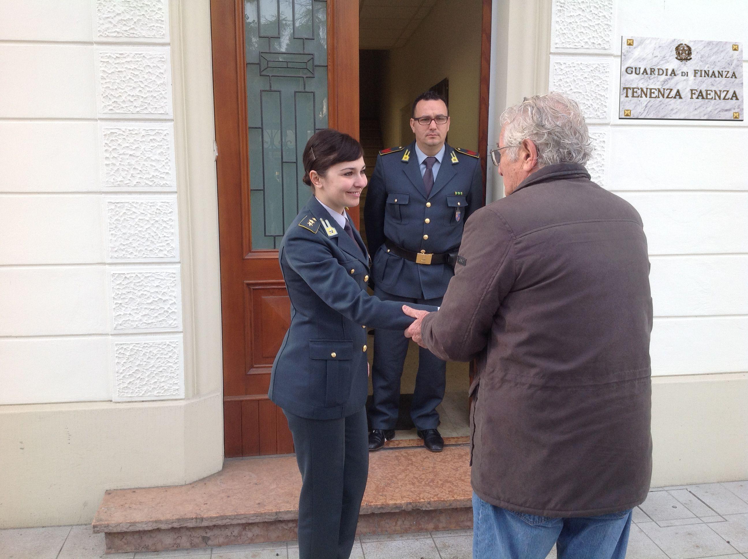 Photo of Promotore finanziario truffa 50 clienti per oltre tre milioni di euro.Arrestato dalla Guardia di Finanza