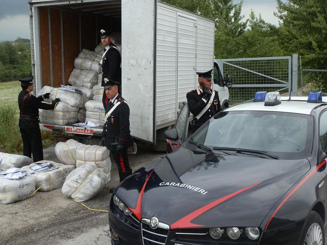 Photo of Nomadi armati di spranghe rapinano un negozio di abbigliamento cinese