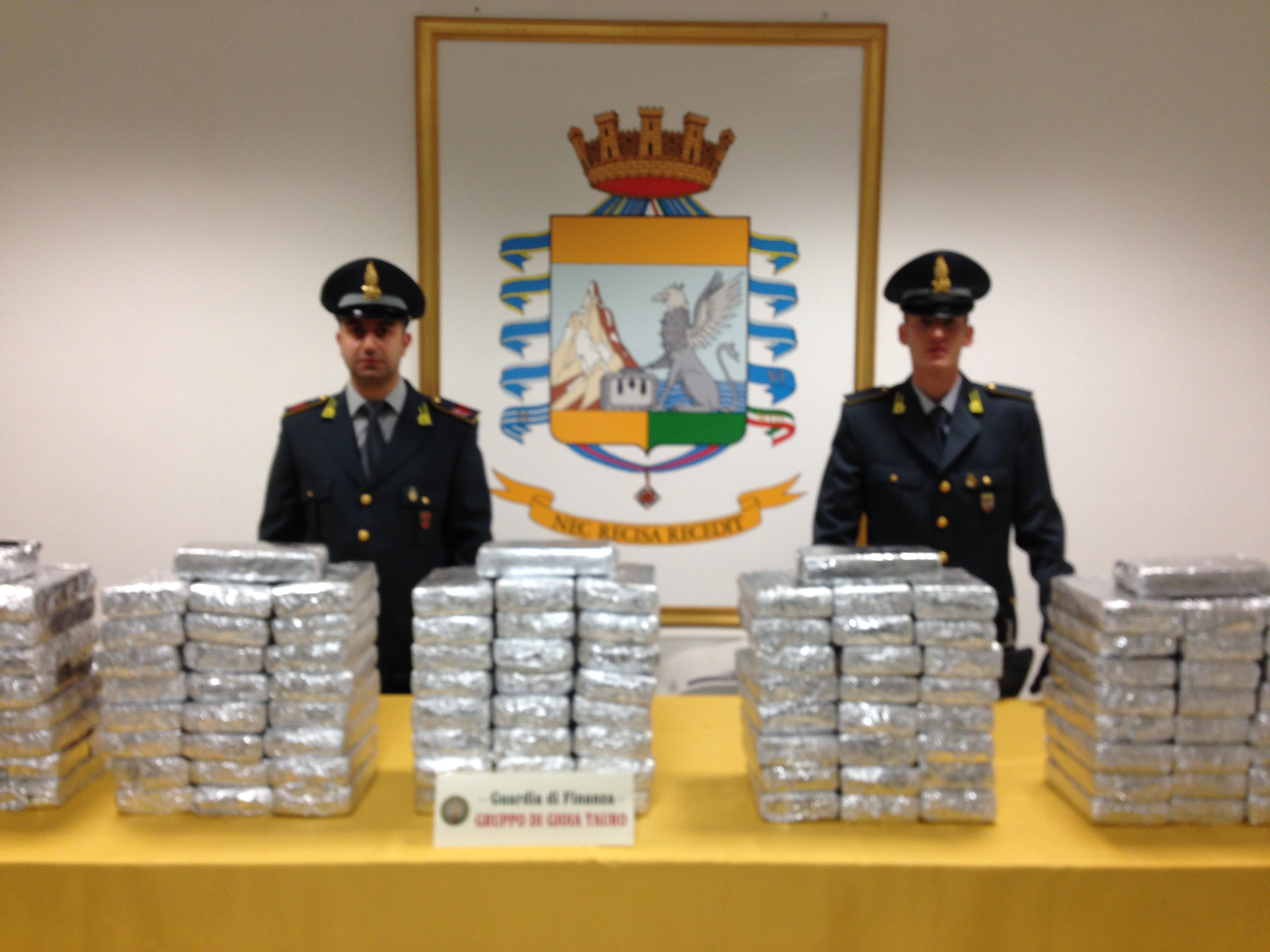 Photo of Guardia di Finanza sequestra 215 kg. di cocaina purissima al porto di Gioia Tauro