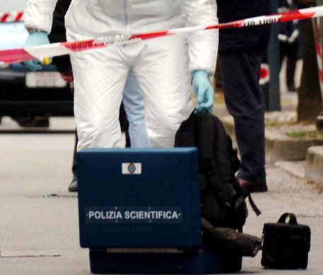Photo of Il corpo privo di vita di una donna nuda,  trovato legato ad una sbarra