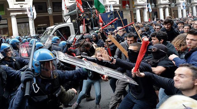 """Photo of A Torino, per la """"festa"""" del I° Maggio, 7 agenti feriti. Da ridere: Alfano mortifica i violenti """"disonorate la festa!"""""""