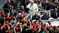 Photo of Ieri mattina, piena di Carabinieri, Piazza San Pietro appariva un'enorme macchia rossa e nera VIDEO