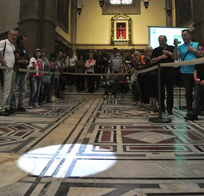 Photo of Duomo Firenze, sole passa nello gnomone