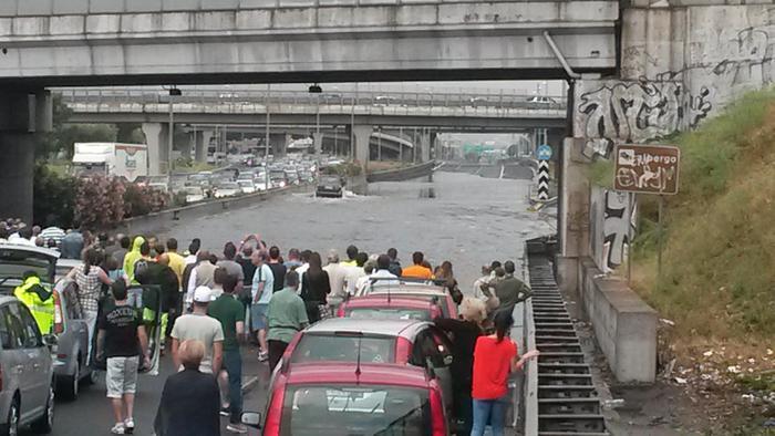 Photo of Maltempo: muro d'acqua, auto intrappolate sul Gra di Roma