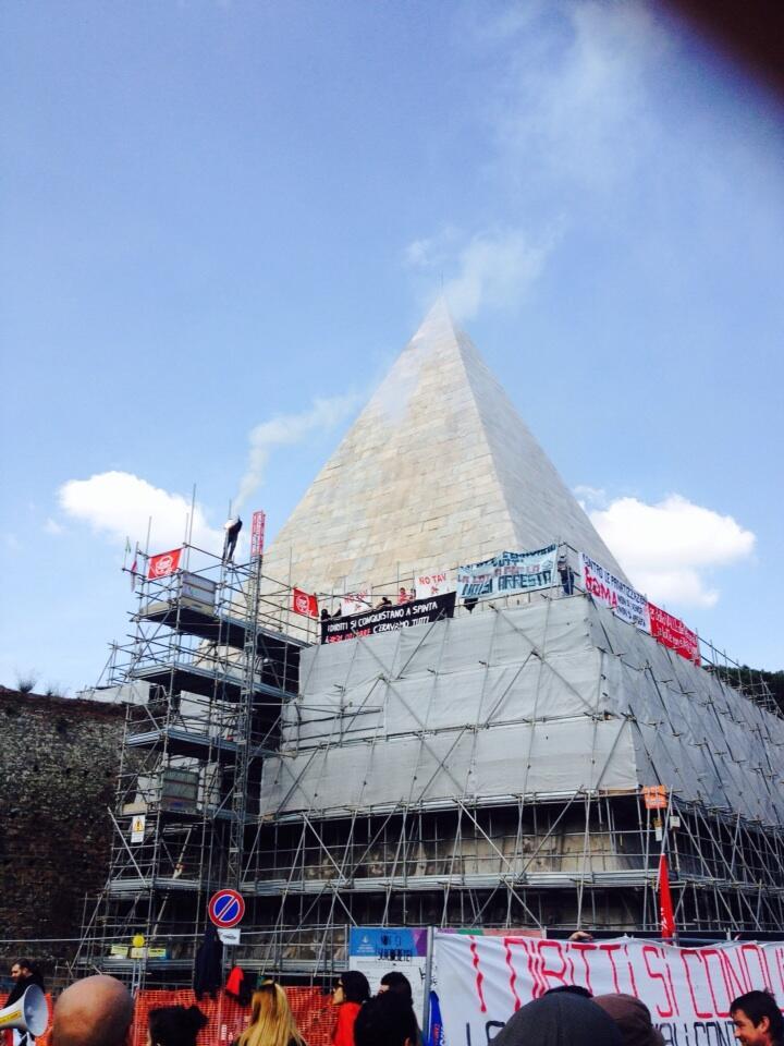 Photo of Roma: i Movimenti per la casa, occupano la Piramide