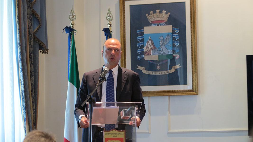 """Photo of Per il  ministro Alfano la priorità sono i """"vu' cumprà"""", con l'operazione """"spiagge sicure"""" – FOTO"""