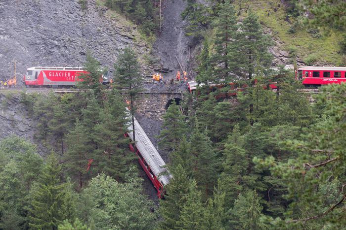 Photo of Svizzera: deraglia treno