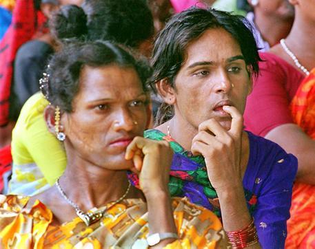 Photo of Scontro armato religioso in India, bloccato da spogliarello di eunuchi