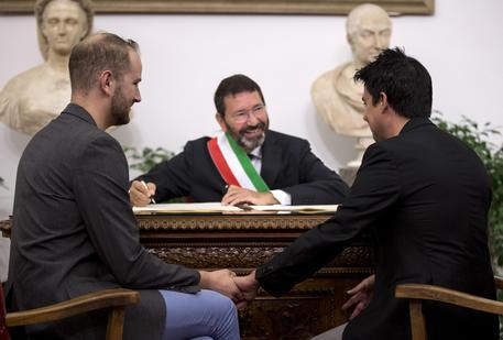 """Photo of Matrimoni omosessuali – Il Prefetto """"invita"""" Marino alla cancellazione"""