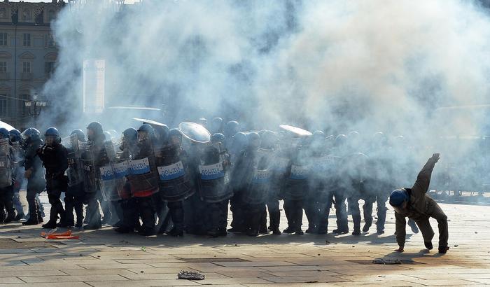 Photo of A Torino, attaccano con bombe carta le Forze dell'Ordine che difendono il vertice europeo sul lavoro e la colpa di chi è? Sempre della Polizia!
