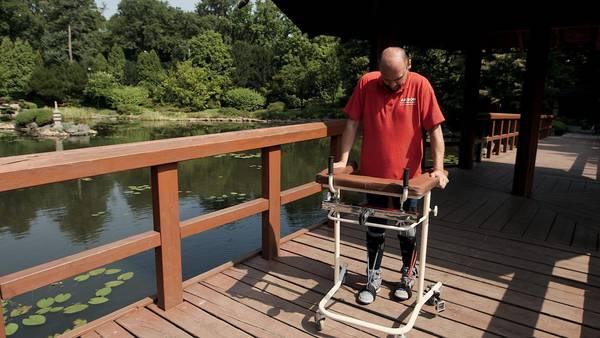 Photo of Uomo paralizzato torna a camminare grazie al trapianto delle cellule