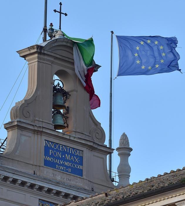 Photo of Quirinale – Ancora due fumate nere – Renzi non concorda ma fa appello ad Alfano e Berlusconi per Mattarella – Bandiera strappata dal vento