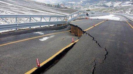 Photo of Sicilia. Viadotto inaugurato a Capodanno.  Crolla dopo 3 giorni…