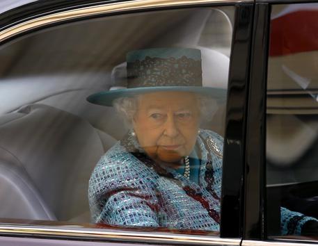 Photo of Differenza di civiltà: la Regina Elisabetta imbottigliata nel traffico