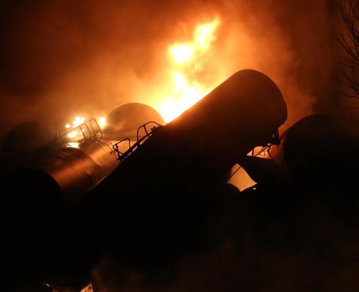 Photo of West Virginia – Treno carico di petrolio deraglia ed esplode. Nessuna vittima