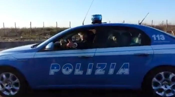 Photo of Auto della polizia guidata da nomadi. Video su Facebook –