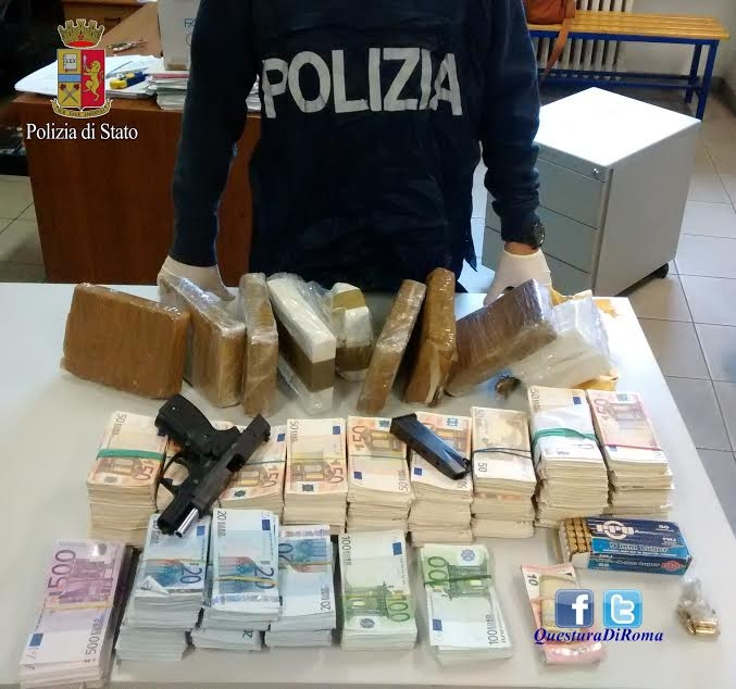 Photo of Sequestrati quasi 10 chili di cocaina, 400 mila  euro ed una pistola