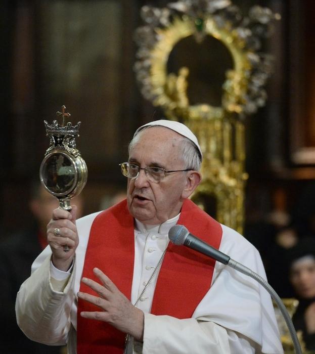 Photo of Flash – Il sangue di San Gennaro, straordinariamente, si liquefa a metà nelle mani di Papa Francesco.