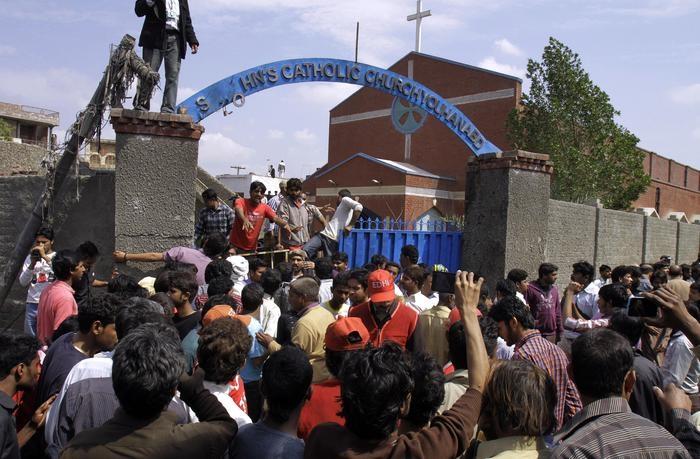 Photo of Continua il martirio dei Cristiani. In Pakistan in due chiese, 15 morti e trenta feriti gravi. E Roma?