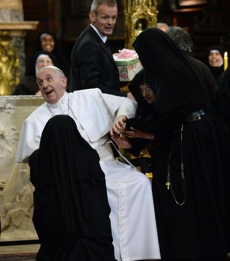 Photo of Flash – 'Assediato' dalla suore di Clausura Papa Francesco – VIDEO