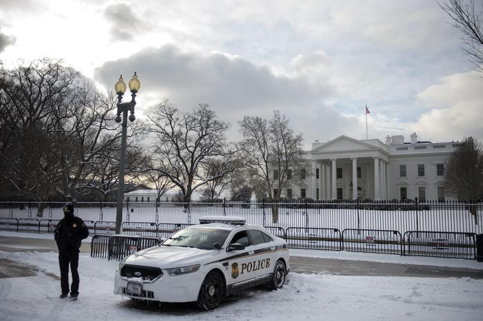 Photo of Casa Bianca – Agenti segreti, ubriachi, sbattono contro la  recinzione