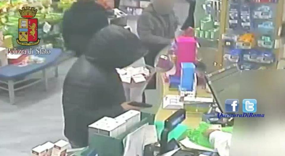 Photo of Rapina una farmacia  ma viene arrestato dalla Polizia di Stato che recupera  anche l'intero bottino – VIDEO