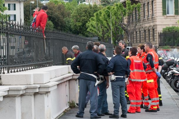 Photo of Flash – Genova – Noto pediatra si suicida per arresto del figlio farmacista