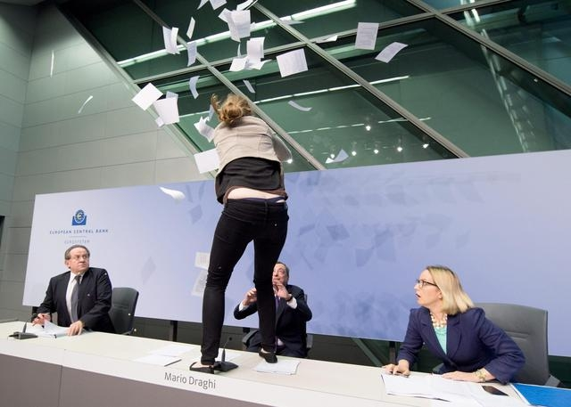 Photo of Bce: Draghi contestato violentemente con lancio di coriandoli durante la conferenza- foto sequenza