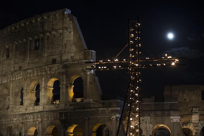 """Photo of Mondovisione – Via Crucis al Colosseo –  """"Papa Francesco: nel Crocifisso vediamo tutti i perseguitati"""""""
