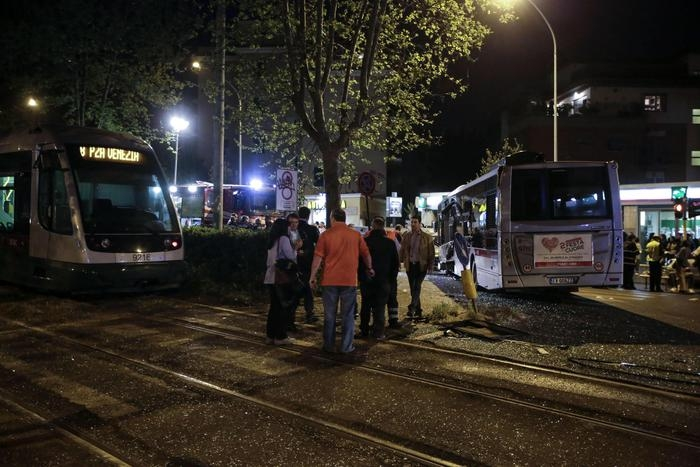 Photo of Collisione tra  bus e tram. Una decina i feriti. 2 sono  gravi