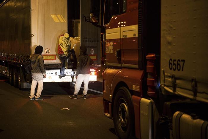 Photo of A Calais, immigrati tentano l'assalto al tunnel della Manica