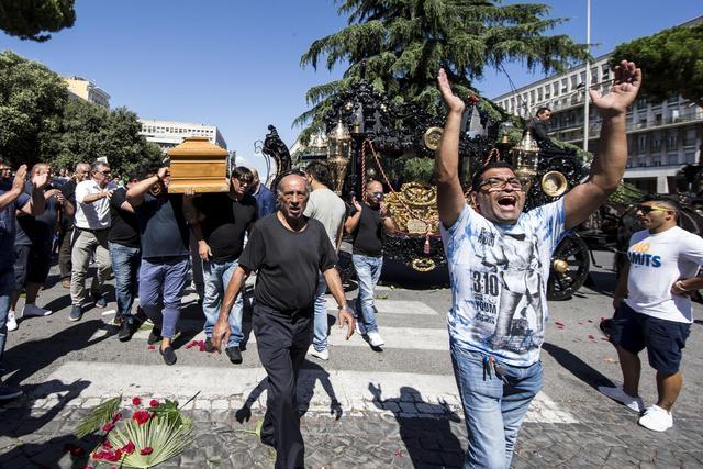 """Photo of Un funerale pacchiano fa scoprire la Roma Mafiosa. Finora il termine era """"infiltrazione"""" non """"esibizione"""" mafiosa"""