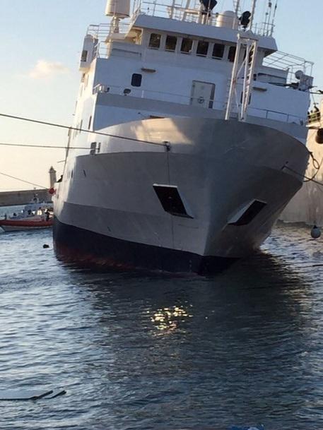 Photo of La nave oceanografica Urania, in manutenzione,  si inclina. Un morto e feriti