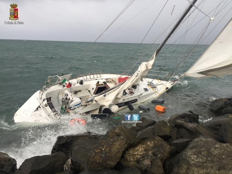 Photo of Eroismo quotidiano. Fiumicino, 68enne in barca a vela in balia del vento e delle onde. Poliziotto lo salva