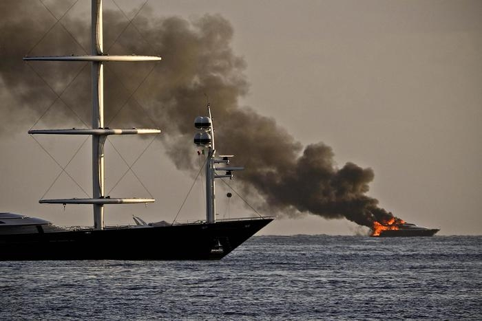 Photo of Flash – Nelle acque di Posillipo, in fiamme lo yacht di De Laurentiis che era a bordo