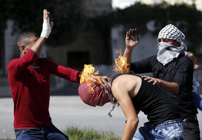 Photo of Flash – Palestinese accende molotov ma gli va a fuoco la kefya