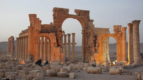 Photo of Palmira – L'Isis distrugge anche  l'arco di trionfo