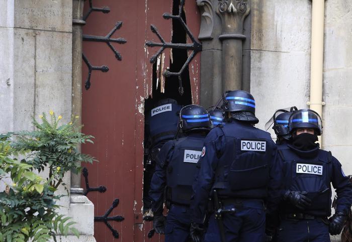 Photo of Strage Parigi – Rischio attacco chimico. Nuovo maxi blitz in corso a Charleville. Solo ora l'Unione Europea si sveglia!