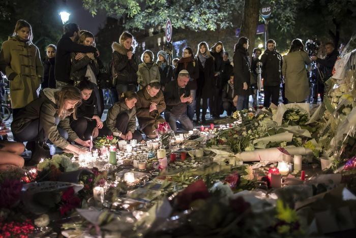 Photo of Massacro di Parigi: 129 morti, 352 feriti, di cui 99 gravi.  Italiana irrintracciabile. Isis rivendica e minaccia. Una donna nel commando