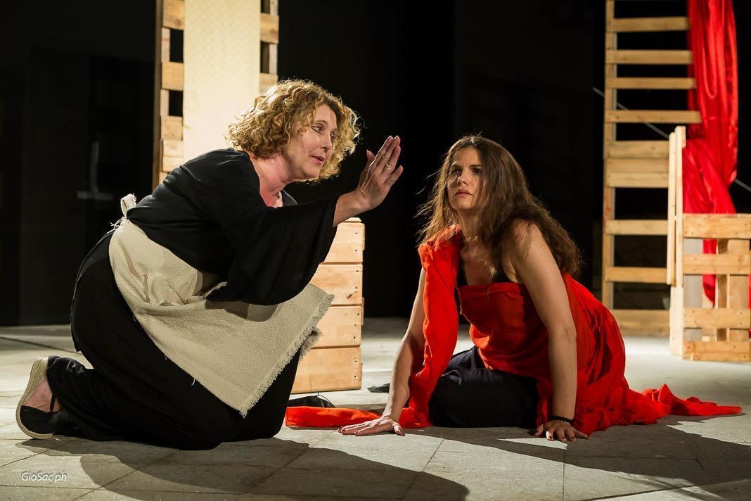 """Photo of Teatro Sala uno – La Cerimonia di Astra Lanz da  """"Les Bonnes"""" di Jean Genet"""