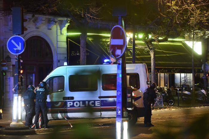 Photo of Al grido di Allah è grande, terroristi in azione con 4 sparatorie in quattro  punti a Parigi –  Almeno 60 morti. Una nuova sparatoria è in corso a Les Halles, nel cuore di Parigi