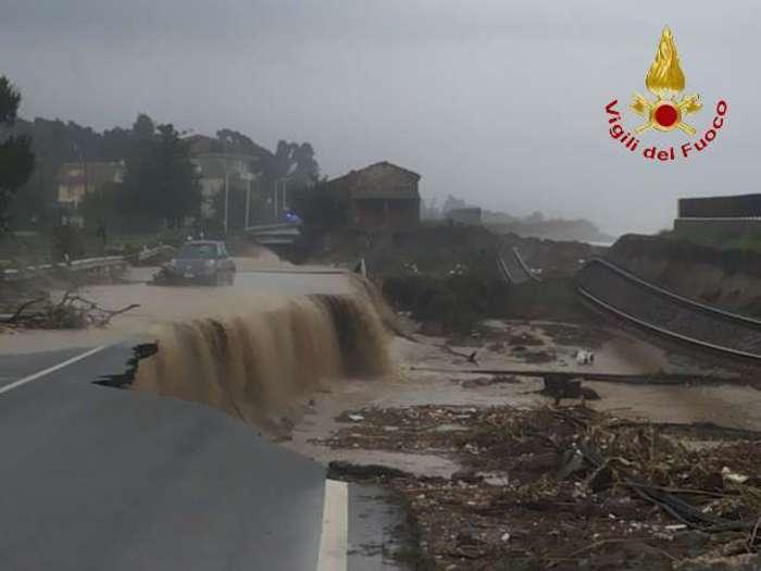 Photo of Locride – Ferrovia spazzata via dall'esondazione di un torrente